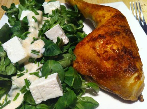 Der Low Carb Hähnchenschenkel mit einem leichten Salat