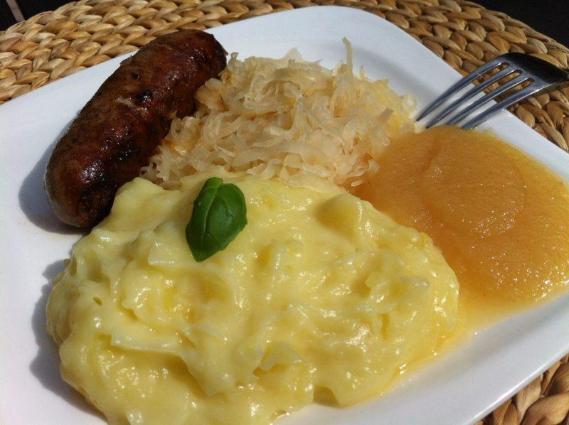 Das leckere Kartoffelpüree mit Sauerkraut und Bratwurst