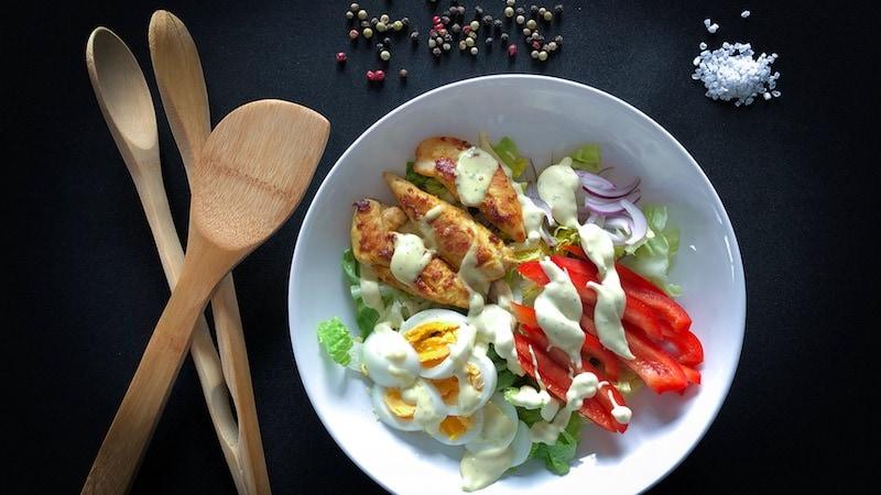 Gesunder Curry-Hähnchen-Salat low carb fettarm proteinreich eiweißreich