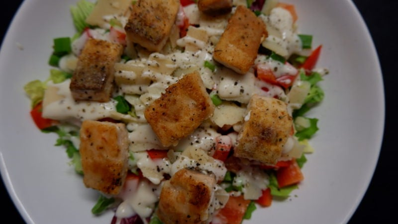 Low-Carb-Salat-Lachswürfel